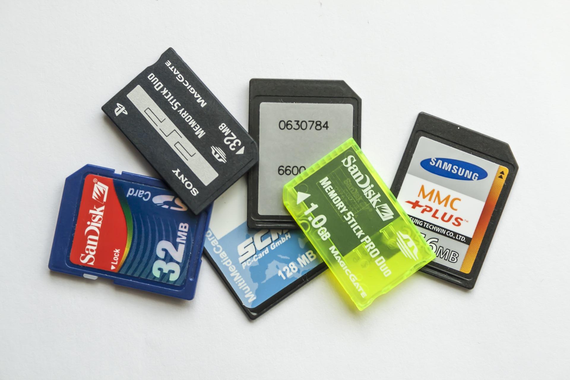 Jak wybrać najlepszą kartę pamięci do aparatu? Wyjaśniamy oznaczenia kart SD